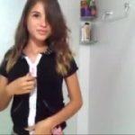 Jovencita argentina se desnuda frente a la web cam en su baño