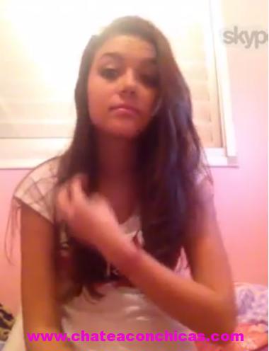 Adolescente enseña panochita y tetas por facebook y skype