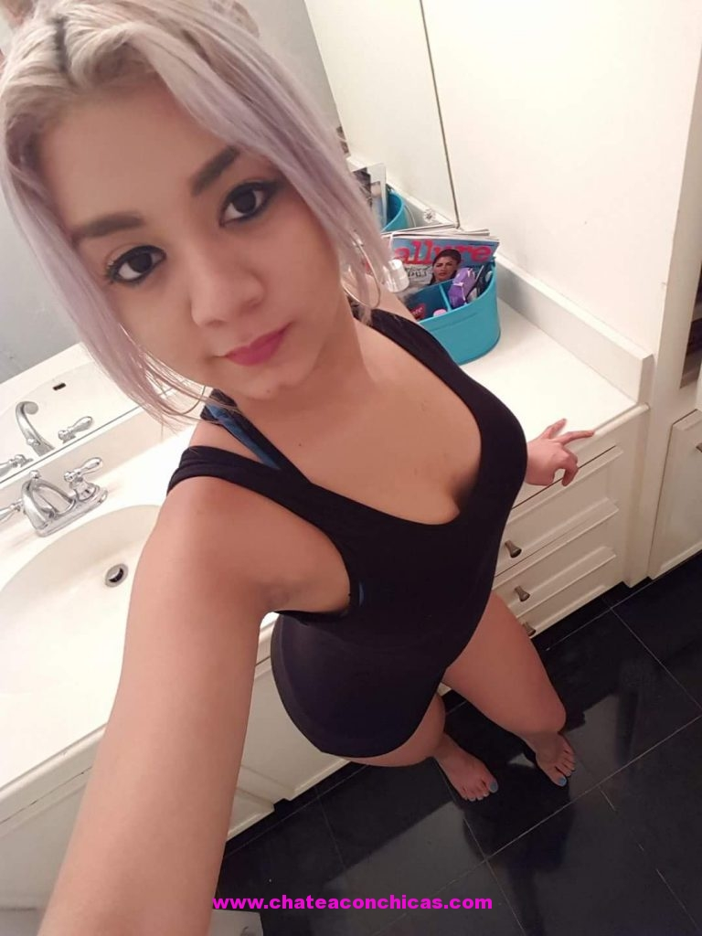 Chica se masturba en cabina de internet - 2 part 4
