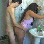 Sobrino suertudo follando a su tia en el baño durante una fiesta familiar