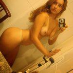 Delisiosa chica amateur se toma fotos desnuda en el baño de su casa
