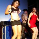 Chica mexicana se quita la ropa en publico y enseña la tanga