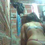 Jovencita en tanga se graba en el baño y muestra sus grandes tetas