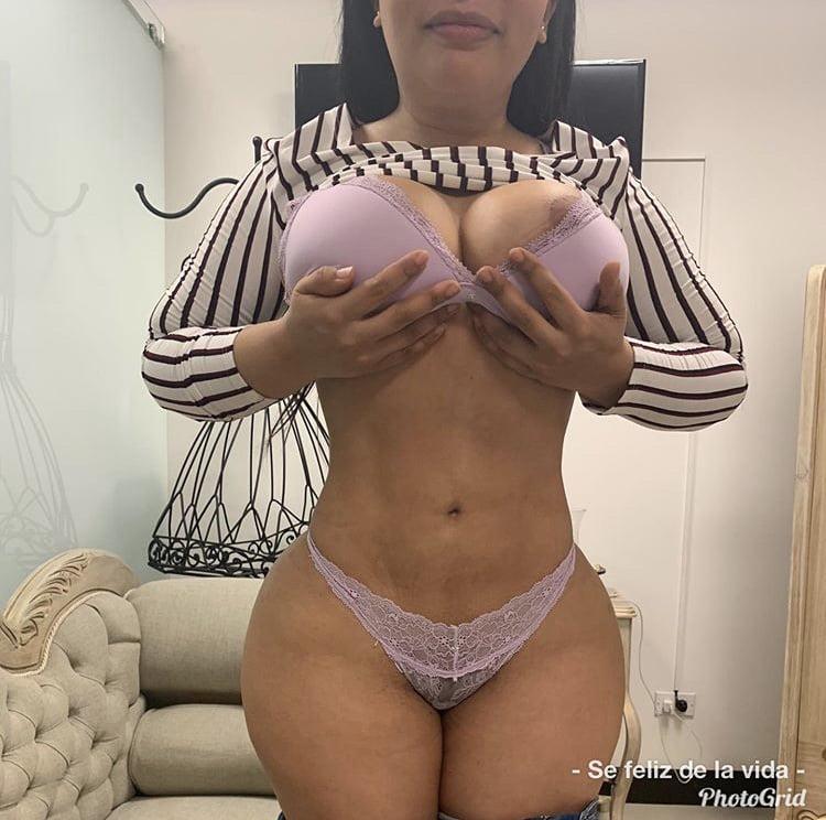 Hermosa señora madura nalgona mostrando su tunguita rosa en probador de una tienda